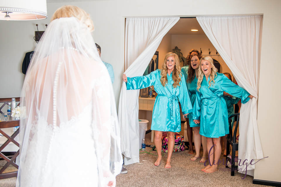 cute getting ready photo idea with bridesmaids